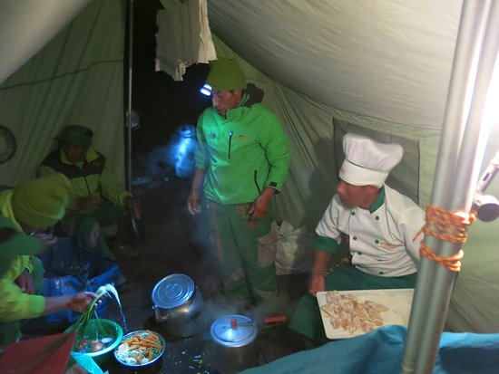 Alpaca Expeditions: Leonardo and his team preparing another delicious meal!