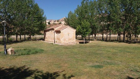 Vista global de la ermita, ubicada en un bello paraje
