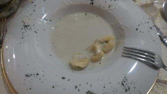 Torre del Campo, إسبانيا: 2º plato del Menú vegetariano de boda: raviolis rellenos de espinacas con salsa de queso
