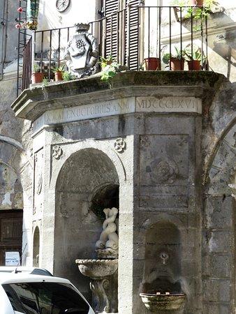 Fabrica di Roma, Włochy: la fontana di epoca farnesiana nei pressi del castello