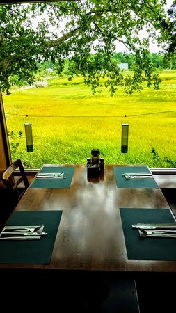 Marshside Restaurant: Table for four with view of bird feeders.