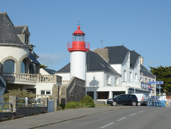 Audierne, France: il faro e le case