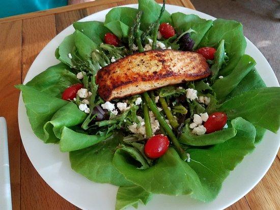 Maple City, MI : Grilled Salmon Salad