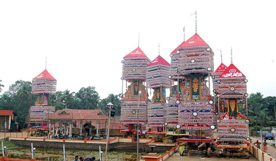 Kandiyoor Sree Mahadeva Temple: kettukazhicha (temple festival)