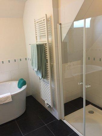 Moddergat, The Netherlands: Klein gedeelte van de ruime badkamer