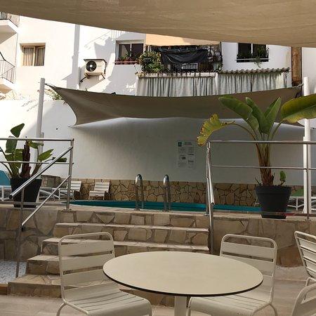 Hotel Playasol Lei Ibiza: La vista sulla piscina durante la colazione