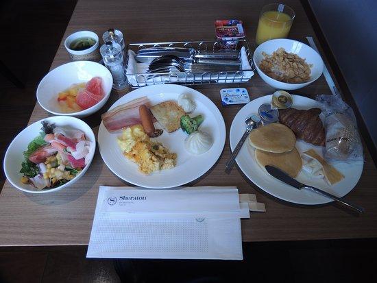Sheraton Miyako Hotel Tokyo: ラウンジでの朝食ブッフェ。品ぞろえはそれなりかもしれないが私には充分。