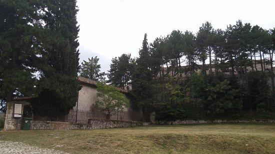 Bominaco: La collina con oratorio, a sinistra, e Santa Maria a destra