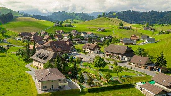 Eggiwil, Switzerland: Hotel- und Restaurantgebäude mit Minigolfanlage