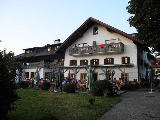 Zell am Moos, Österrike: Blick von der großen Wiese am See zum Restaurant