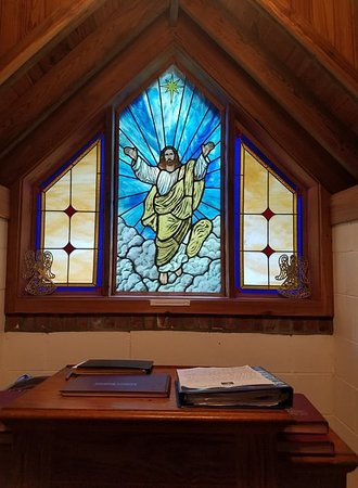 Townsend, GA: The stained glass on the back wall is absolutely beautiful!!