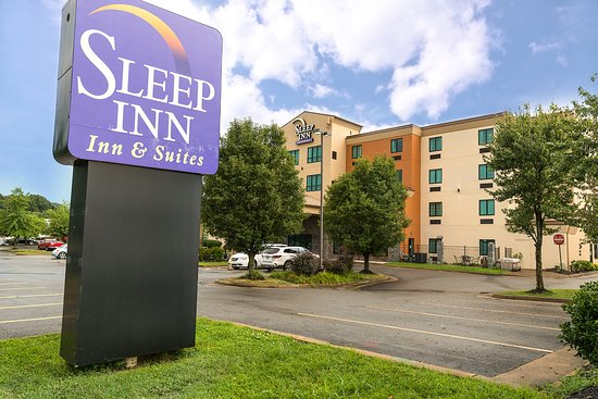 Sleep Inn & Suites: Hotel building, patio and sign