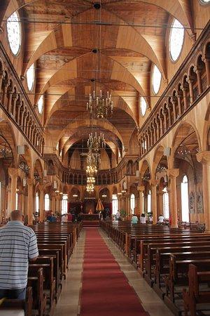 saint peter and paul cathedral het volledig houten interieur van de kerk