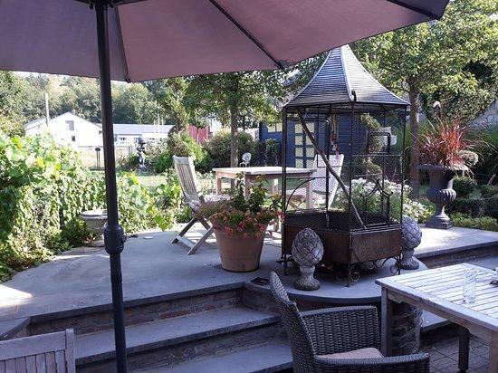 Petit jardin avec terrasse de dégustation - Picture of Le ...