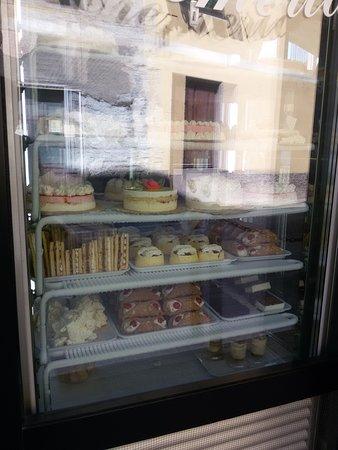 Campomorone, อิตาลี: Il frigo con le torte visto dalla strada
