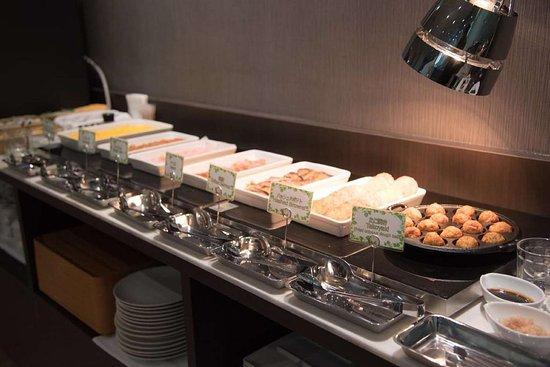 Best Western Osaka Tsukamoto: Buffet Line