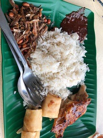 Fong Seng Fast Food Nasi Lemak: 外観です。並びに複数のレストランがあります。入口のカウンターで食べたい料理を選びます。
