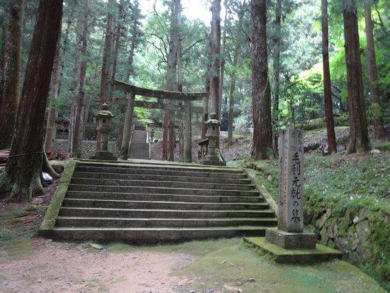 Yoshida Koriyama Castle Old Site: 毛利元就の墓