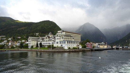 Kviknes Hotel: Vanaf het water zie je het oude en nieuwe gedeelte van het hotel.
