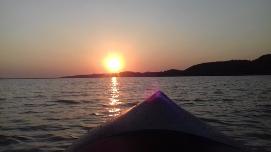 Elis Region, Grecia: Ηλιοβασίλεμα καταμεσής της λίμνης.