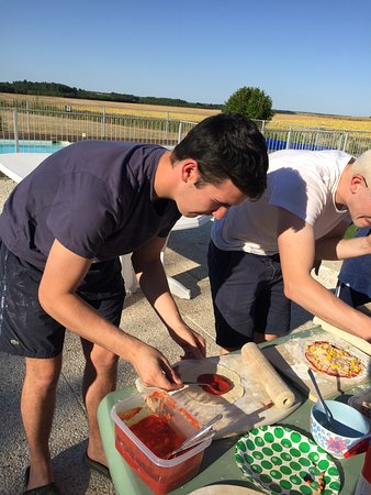 Gibourne, Francia: Even the older children loved making their own pizzas