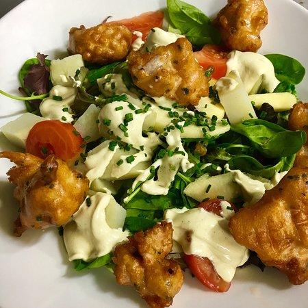 «QUI TROP PIQUE, TROP M'ATTISE» Salade, tomates, raisins, pommes, cromesquis de dinde, vinaigr