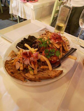 To Paradosiakon: piatto misto di specialità greche