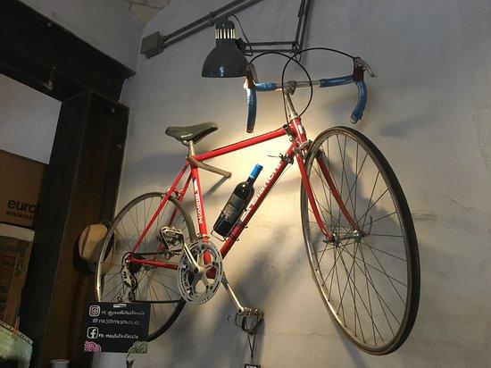 La Déco Atypique Avec Un Vélo Accroché Au Mur Picture Of Masto