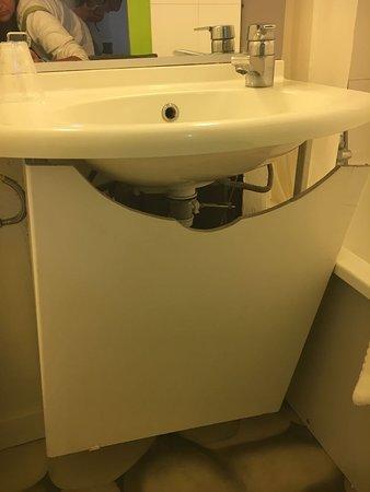 Mobile lavabo staccato con vista tubi, muro e ragnatele - Picture of ...