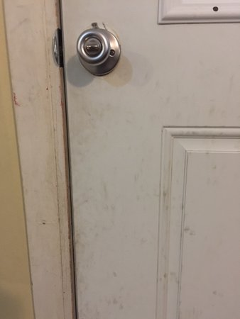 Grayland, WA: Door knob is loose and dirty