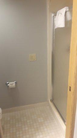 Gresham, OR: Shower in bathroom of two queen room