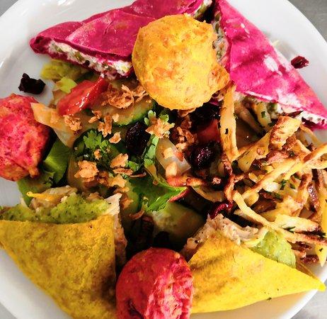Assiette été : bariolés, gougères, pommes de terre paille et grosse salade fraîcheur