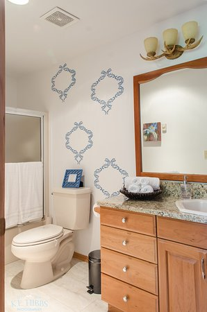 Columbia Falls, Μοντάνα: Tamarack Suite Bathroom