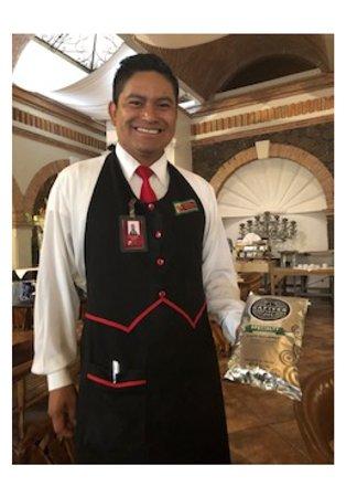 Imperio de Angeles: Pedro, mesero, mostrando el café rico que utilizan en el restaurante