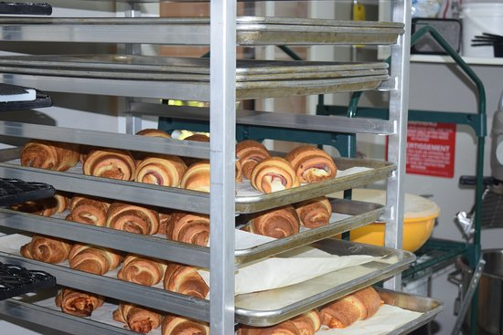 Hearst, Canada: Des croissants natures, aux amandes, jambon fromage et les fameux croissants pizza