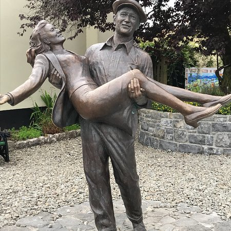 Statue of John Wayne and Maureen O'Hara: photo0.jpg