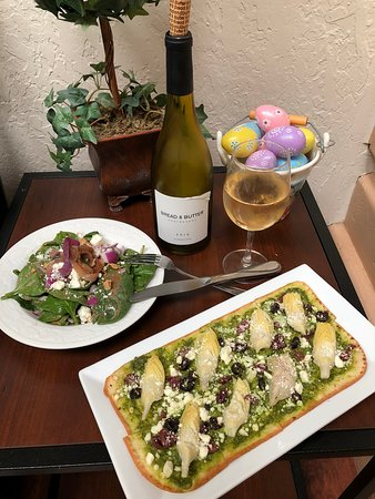 Patterson, Kalifornien: Salad, flatbread and a glass of wine.