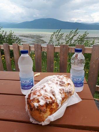 Saint-Louis-de-L'Isle-aux-Coudres, Kanada: Une miche de pain aux pommes à se jeter sur le sol!! accompagnée de la bonne eau de l'Abitibi!