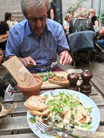 Juliette Cafe & Brasserie: Cæsarsalat og Tærte med salat
