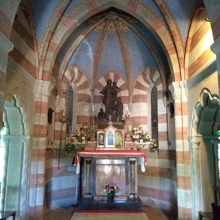 Santuario della Madonna della Guardia: Interni dolci e accoglienti del Santuario, porta della Provincia di Parma.