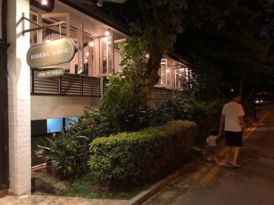 Riders Cafe: Entrance of the cafe at night