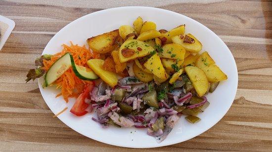 """Dannenberg, Deutschland: Heringstopf mit Bratkartoffeln (""""Schneller Teller"""" Gericht)"""