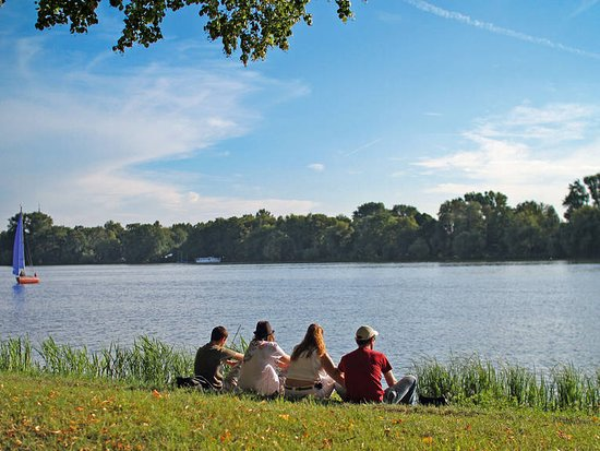 Maschsee: A group of people is relaxing in a calm atmosphere.