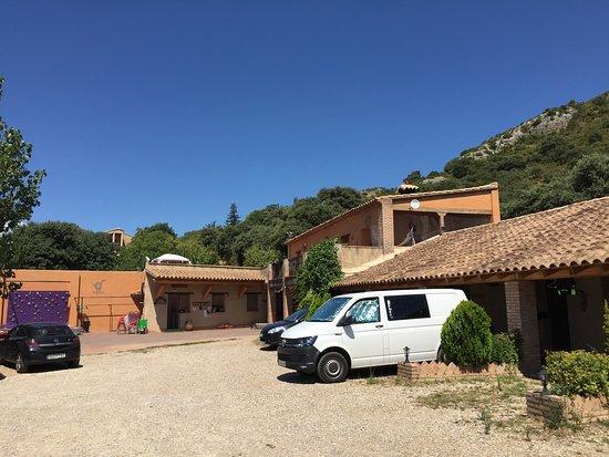 Radiquero, Spanien: zona de párquin frente a las habitaciones