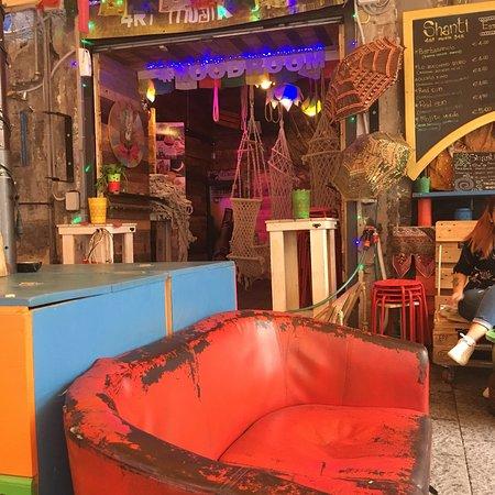 Shanti Art MusiK Bar: Locale perfetto per rilassarsi tra una visita e una pizza.   Molto bella l'idea del caffè servit