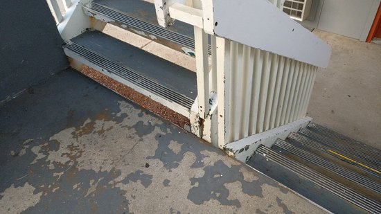 Quality Inn - Flagstaff / East Lucky Lane: peeling paint, not maintained