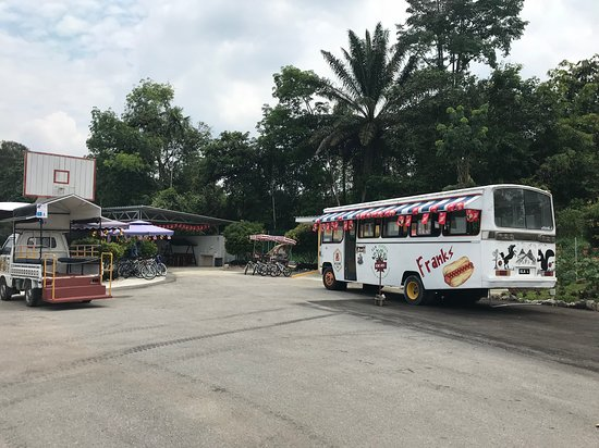 Serian, Malaysia: There's a food and drinks stall in the shade .... sit in the bus to enjoy your food