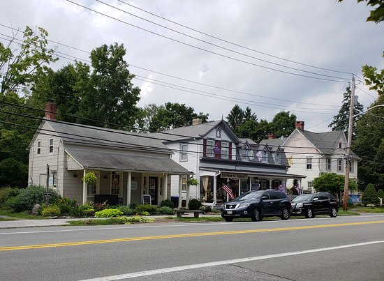 Chester, Nova York: shops from restaurant front porch