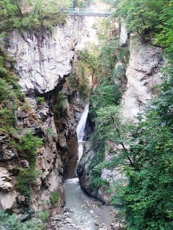 Le Parc Thermal: cascade et passerelle