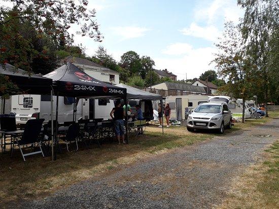 Haybes, France: Notre campement: 5 caravanes et 1 tente (19 personnes)